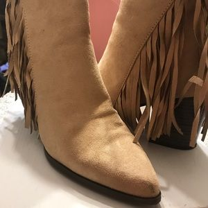 Shoes - Ankle boots with fringe in taupe. Suede.